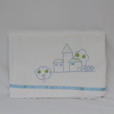 Κουβέρτα πικέ κούνιας λευκή με κέντημα Σπιτάκι σιέλ
