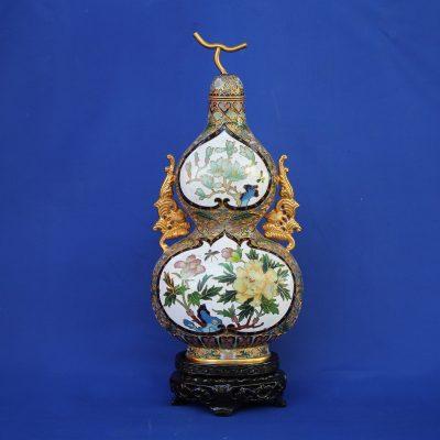 Φλασκί ανάγλυφο cloisonné λευκό Κίνας με λουλούδια και ξύλινη βάση