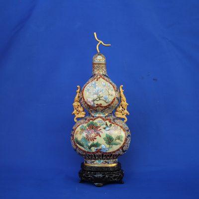 Φλασκί ανάγλυφο cloisonné Κίνας μπεζ με λουλούδια και ξύλινη βάση