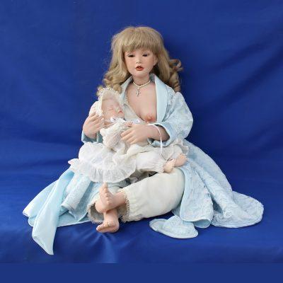 Κούκλα Thorild μαμά με μωρό σε πορσελάνη, συλλογή «Ερατώ»