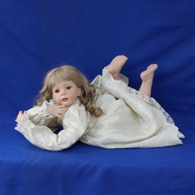 Ονειροπόλα κούκλα πορσελάνης συλλογή «Ερατώ»