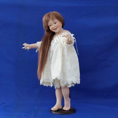 Χαμομηλίτσα κούκλα πορσελάνης από τη συλλογή «Ερατώ»